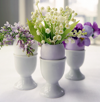bloved-uk-wedding-blog-spring-easter-home-decor-wedding-diy-inspiration-eggcup-mini-flower-arrangements